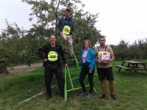 Photo des Asamiens à la cueillette de pommes